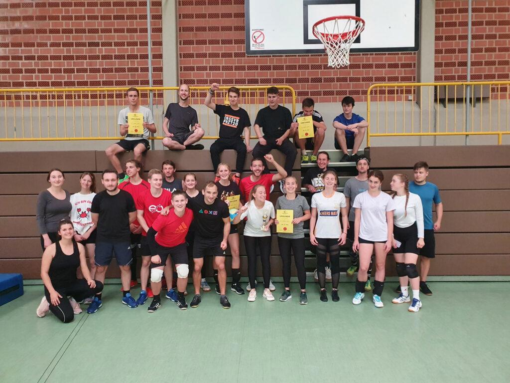 Foto der Mannschaften aus dem Hanauer Land bei der Landesvolleyballmeisterschaft 2021